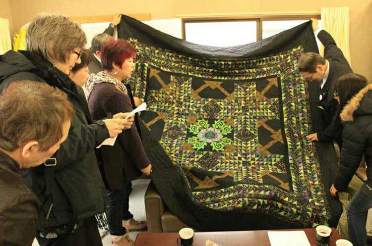Mayor-Yutaka-Ikarigawa-looks-at-quilt